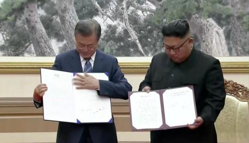 Foto Realisasi Perdamaian di Korea, Kim Jong Un-Moon Jae-in Tandatangani Pernyataan Bersama