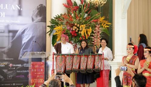 Foto Menteri Luhut Apresiasi Pameran Seni Ulos