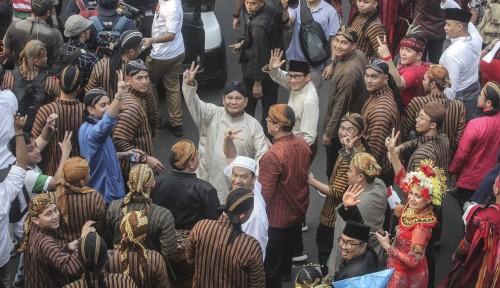 Foto Enam Honorer Dipecat Karena Berpose Dua Jari, Kubu Prabowo: Ini Tak Adil