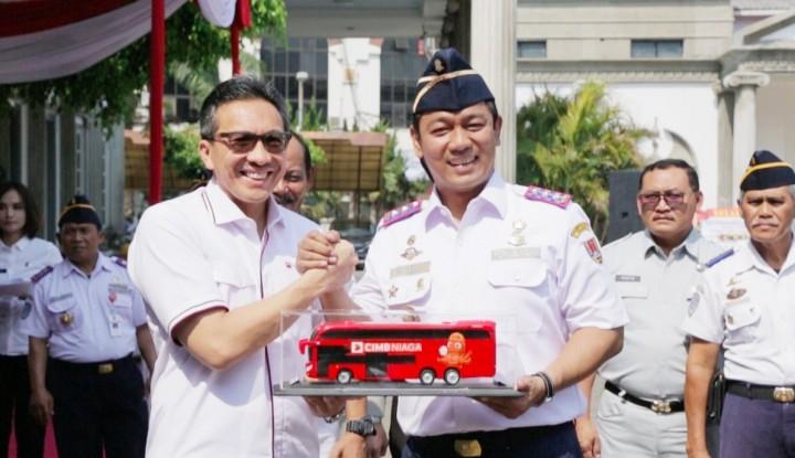 Foto Berita Ulang Tahun, CIMB Niaga Serahkan Bus Tingkat Kepada Pemkot Semarang