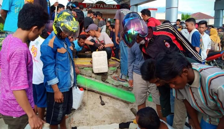Butuh untuk Mobilisasi, Ratusan Warga Palu Bongkar Penyimpanan BBM di SPBU - Warta Ekonomi