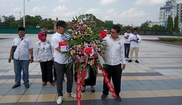 Foto Berita Hari Kesaktian Pancasila, Sedulur Jokowi-Ma'ruf Tabur Bunga