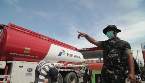 Foto Akses Jalan Tertimbun Longsor, BBM Dikirim Lewat Jalur Alternatif