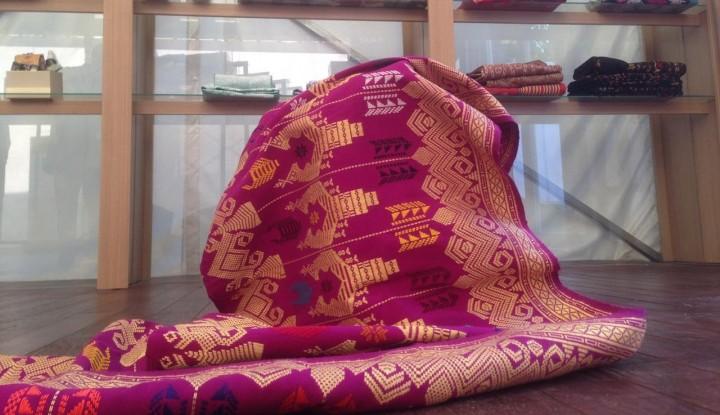 Foto Berita UKM Tenun Bali dan Batik Solo Diperkenalkan pada Delegasi IMF-WB di Paviliun Indonesia