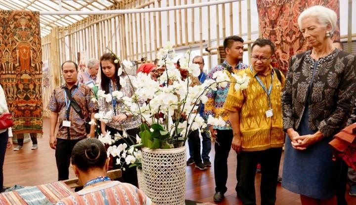 Foto Berita Kisah Sukses Pengrajin Songket Pandai Sikek yang Tampil di Indonesia Pavilion