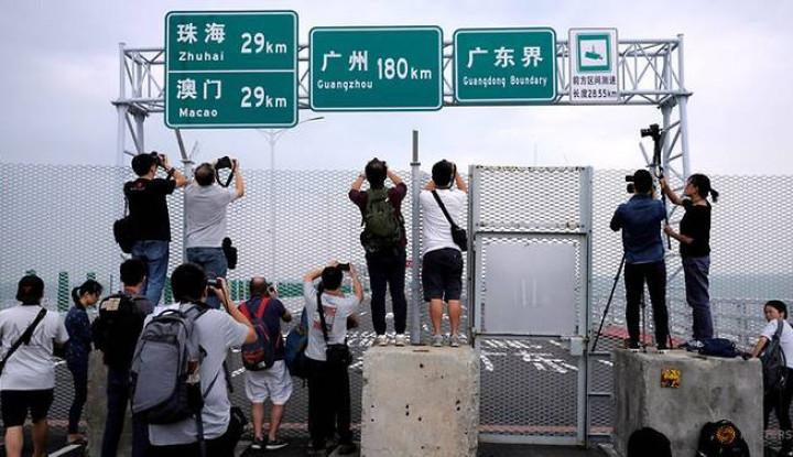 Foto Berita Jembatan Terpanjang di Dunia yang Hubungkan Hong Kong, Makau, dan China Resmi Dibuka