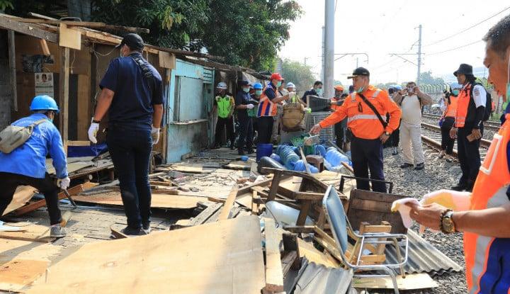 Foto Berita KAI Daop 1 Jakarta Tertibkan Petak Jalan Kampung Bandan dan Angke