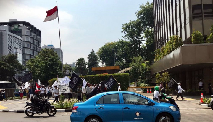 Foto Berita Sambil Serukan Takbir, Massa Menuju Kantor Wiranto