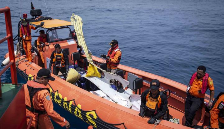 Foto Berita Selasa Besok, Keluarga Korban Lion Air Tabur Bunga di Lokasi Pesawat Jatuh
