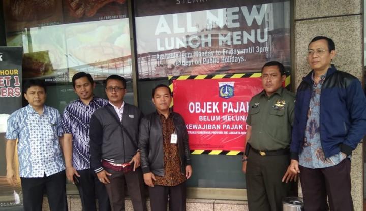 Foto Berita BPRD Tempel Stiker Tunggakan Pajak ke 5 Restoran di Jakarta
