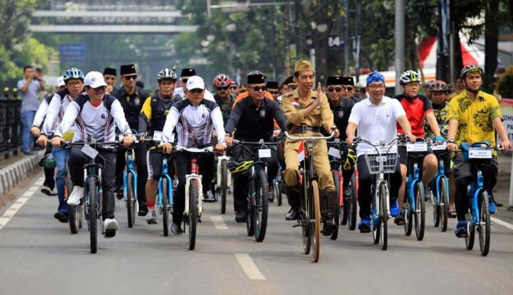 Foto Berita Naik Onthel, Cara Jokowi Peringati Hari Pahlawan di Bandung