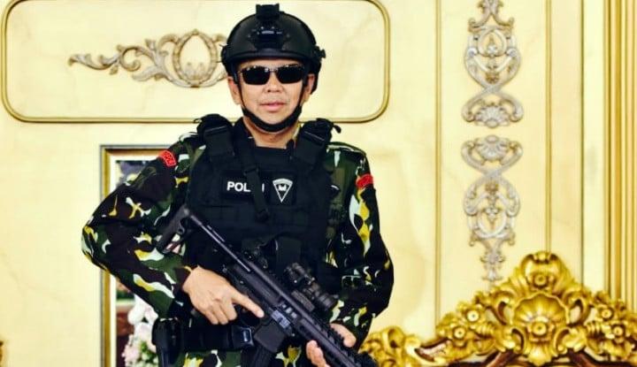Foto Berita Gaya Kece Gubernur Sulsel Berseragam Brimob, Pakai Kacamata dan Tenteng Senapan
