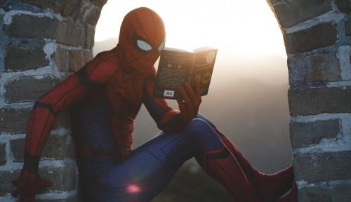 Wadidaw, Spider-Man Nemplok di Dinding demi Ikut Demonstrasi di AS, Pedemo: Lakukan Flip!