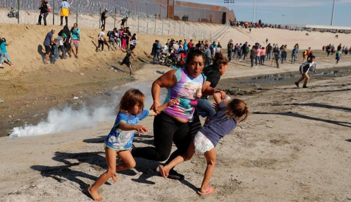 Foto Berita Cegah Migran Masuk, Polisi AS Tembakkan Gas Air Mata