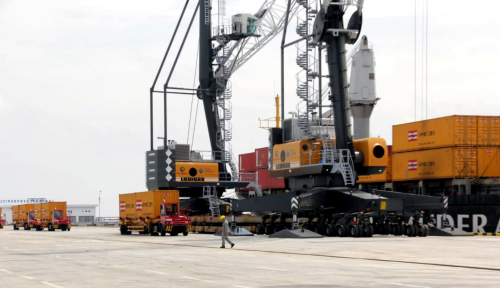 Foto Peralatan Container Crane Tiba, Pelindo I Pastikan Pelabuhan Kuala Tanjung Siap Beroperasi Penuh