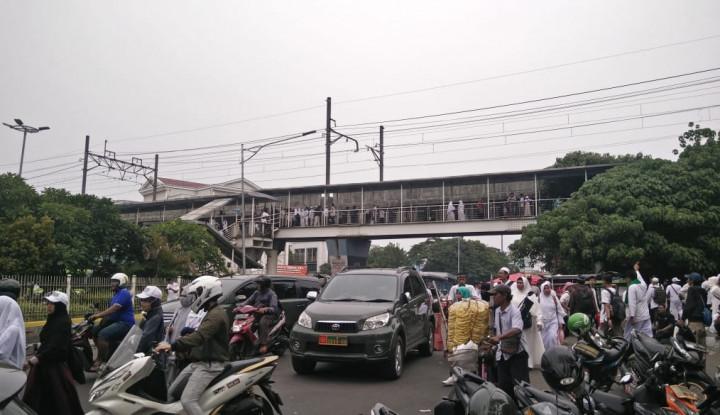 Ketimbang di Pinggir Jalan, Lebih Baik Pendukung Prabowo Berdoa di Masjid - Warta Ekonomi
