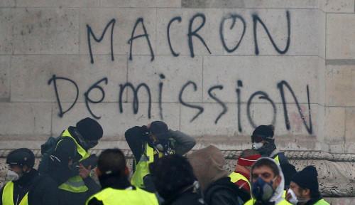 Foto Sepulang dari Buenos Aires, Presiden Prancis Dihadapkan dengan PR Besar