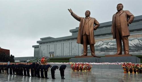 Foto Peringati 7 Tahun Kematian Kim Jong-il, Korea Utara Berkabung