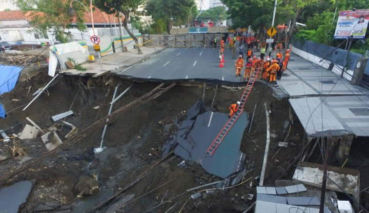 Foto Berita Dampak Ambles Jalan Raya Gubeng, PLN Dipastikan Merugi
