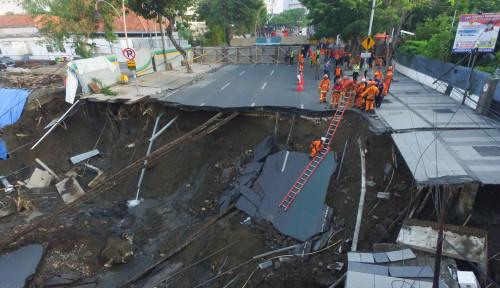 Foto Dampak Ambles Jalan Raya Gubeng, PLN Dipastikan Merugi