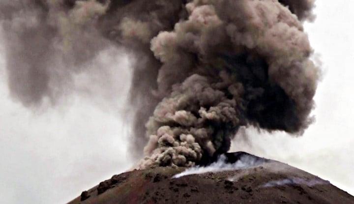 Asap Hitam Selimuti Gunung Anak Krakatau - Warta Ekonomi