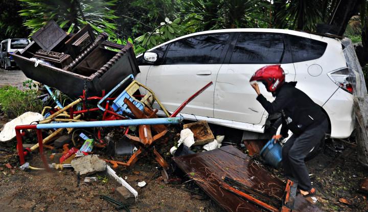 Foto Berita Gubernur Banten Prioritaskan Bereskan Jalanan untuk Akses Bantuan