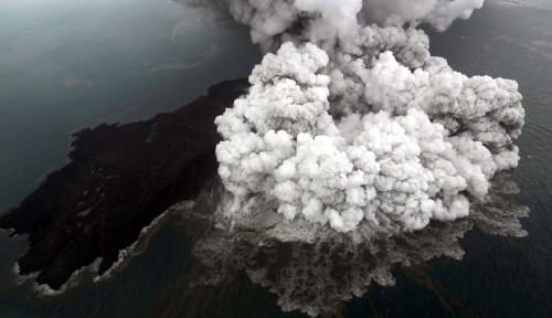 Foto 12 Jam Anak Krakatau Alami 46 Kali Letusan