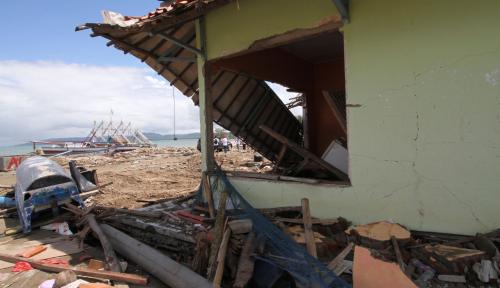 Foto Jakmania Salurkan Bantuan Rp55 Juta Bagi Korban Tsunami