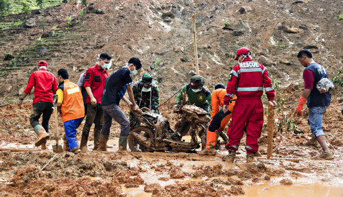 Foto Tim SAR Selamatkan 18 Orang Penambang Emas Ilegal