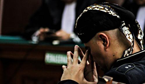 Foto Sandiaga Berdoa Ahmad Dhani Tak Dikriminalisasi