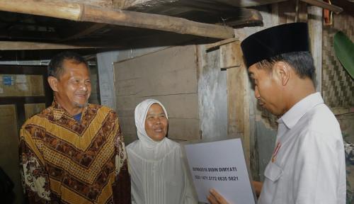 Foto Jokowi Berikan Sertifikat Sambungan Listrik Gratis Kepada 100.970 Rumah Tangga di Jabar