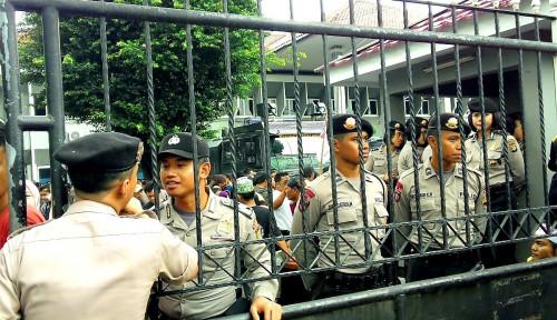 Foto Polisi Tahan Satu Lagi Tersangka Bentrokan PKL Tanah Abang
