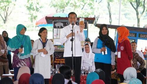 Foto Kunjungi Magetan, Jokowi Tinjau Emak-Emak Nasabah Program Mekaar