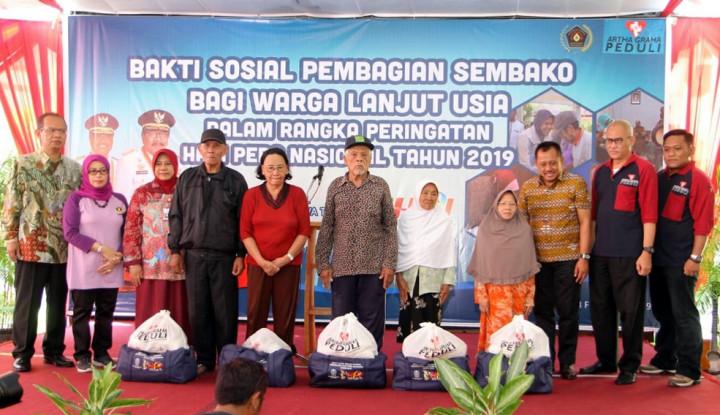 Foto Berita HPN 2019 Bagikan Paket Sembako untuk Lansia