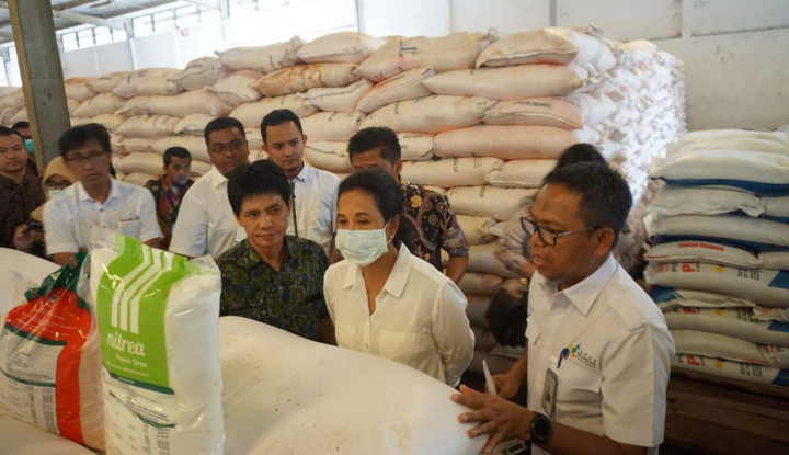 Blusukan ke Gudang Pupuk Cianjur, Menteri BUMN Pastikan Stok Pupuk Aman - Warta Ekonomi