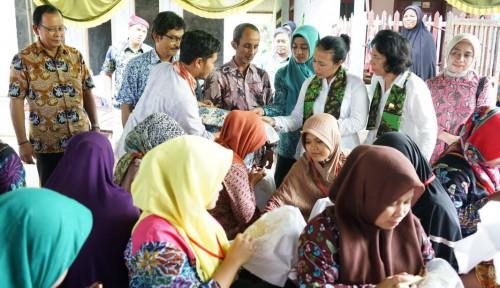 Foto Anggota OASE Kunjungi Desa Batik Podhek di Pamekasan
