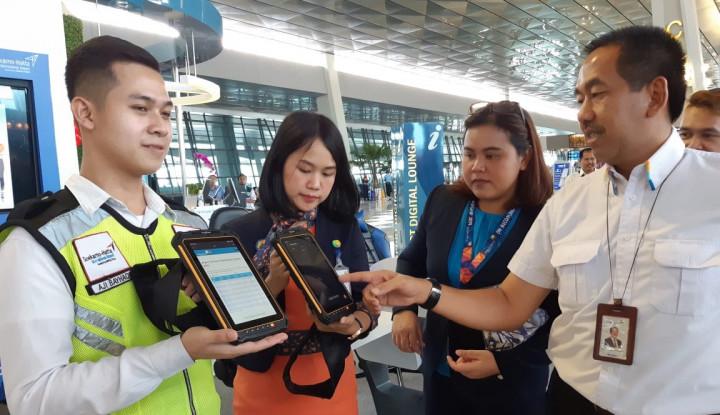 Personil Pelayanan Bandara Soetta Kini Dilengkapi Komputer Tablet - Warta Ekonomi
