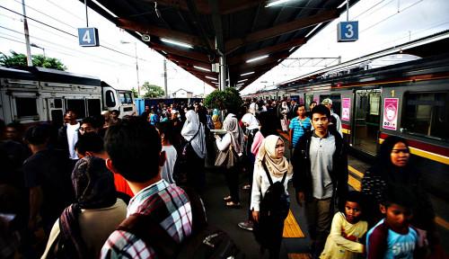 Foto Massa Demo Penuhi Stasiun, Simak Rekayasa Operasional KRL!