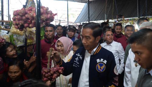 Foto Jokowi Tinjau Pasar Balige Sumut, Pedagang Berebut Minta Wefie