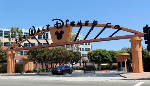 Foto Bob Iger, Disney, dan PHK Karyawan 4.000