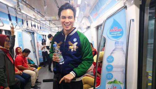 Foto Naik MRT, Baim Wong Berasa di Luar Negeri