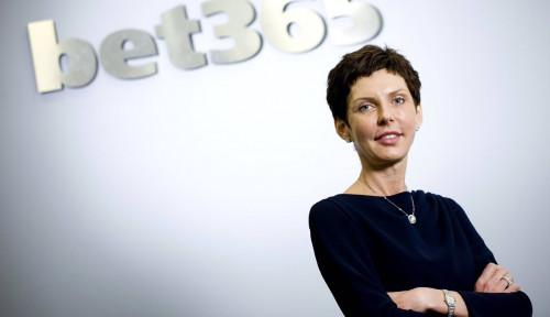 Foto Jabat Bos Judi Online, Wanita Ini Jadi CEO dengan Bayaran Tertinggi