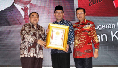 Foto Ridwan Kamil Raih Penghargaan Millenial Governor of The Year