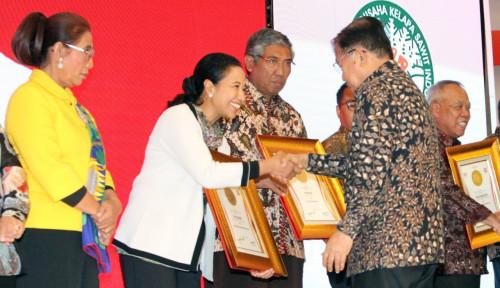 Foto Raih Penghargaan Anugerah Indonesia Maju, Menteri Rini Dedikasikan untuk Para Direksi