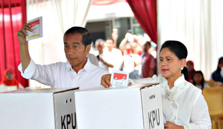 Jokowi dan Iriana Kompak Pakai Baju Putih - Warta Ekonomi