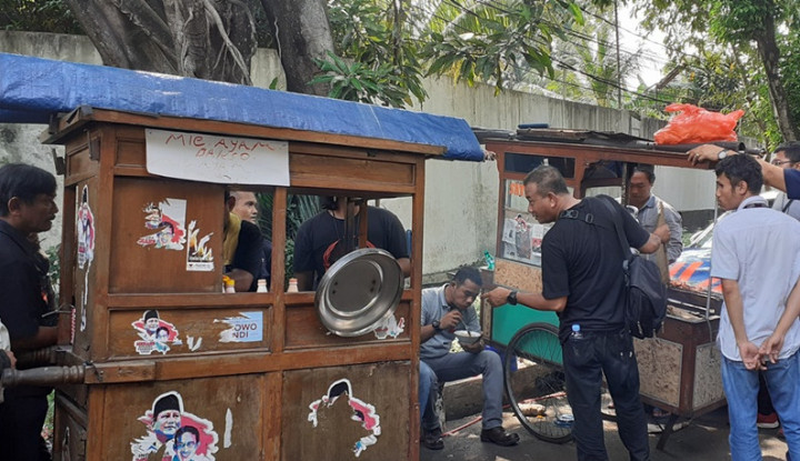Pedagang Ramaikan Area Kediaman Prabowo, Enggak Usah Beli, Gratis...Tis...Tis - Warta Ekonomi