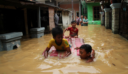 Foto Senin Dini Hari, Pintu Air Manggarai Sudah Berangsur Surut