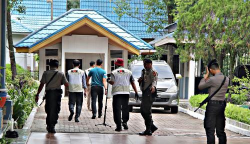 Foto KPK Sita Rp20 Juta dari Rumah Bupati Indramayu