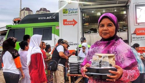 Foto Dnars Indonesia dan Bogor Raincake Bersama ACT Bagikan 2.500 Porsi Makanan Berbuka