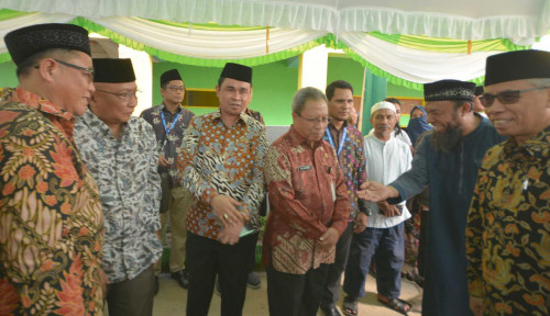Foto Ketua OJK Resmikan Bank Wakaf Mikro Kelima Grup Astra di Maluku